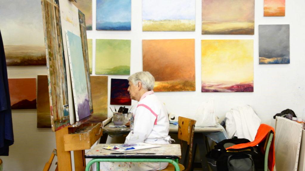 Hedwige devant ses tableaux